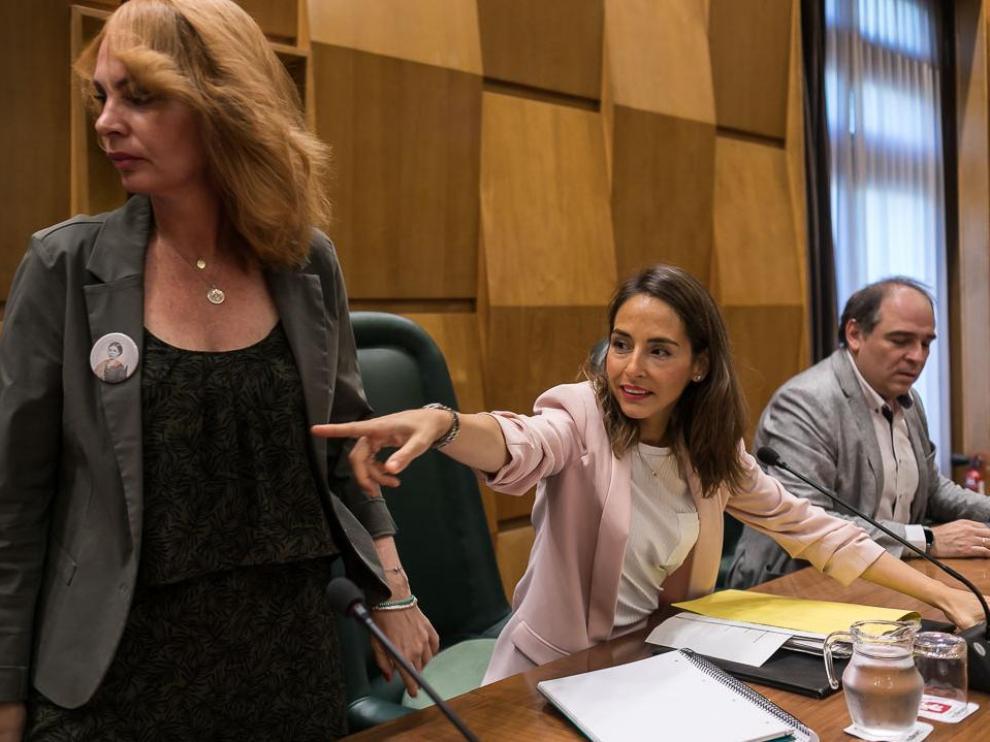 La concejal de Hacienda, María Navarro (en el centro), junto a la de Economía, Carmen Herrarte, y el de Personal, Alfonso Mendoza, este lunes en la comisión.