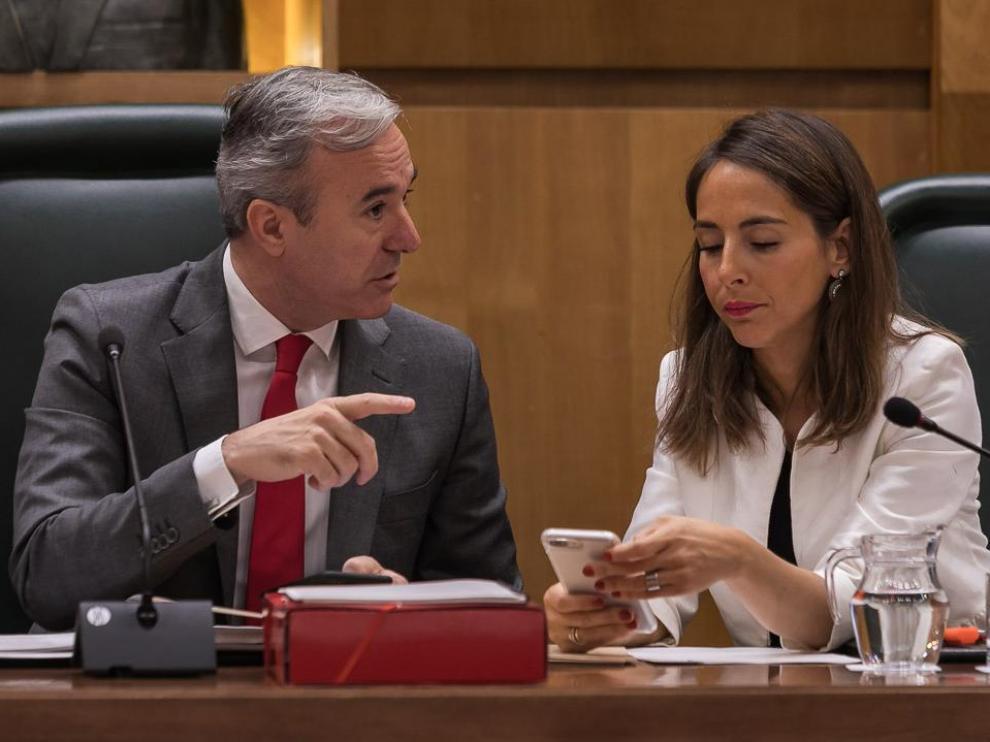 El alcalde de Zaragoza, Jorge Azcón, se dirige a la responsable de Hacienda, María Navarro.