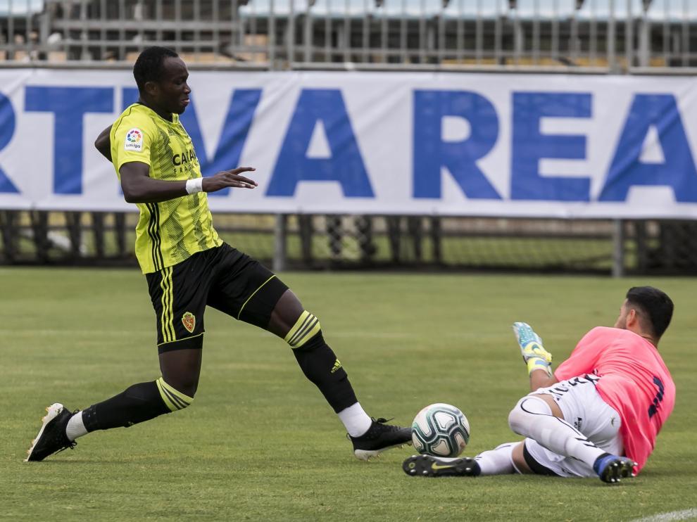 El delantero Raphael Dwamena itenta batir al meta del Ebro en el amistoso que tuvo lugar en la Ciudad Deportiva.