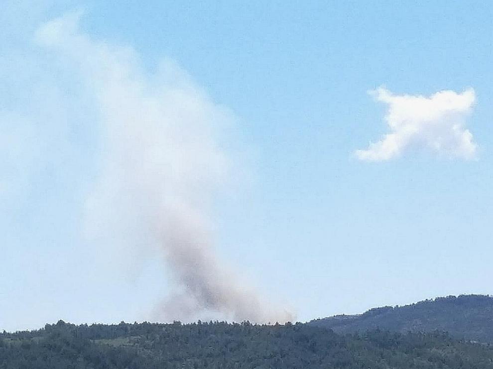 Columna de humo que se avista desde Laguarta.