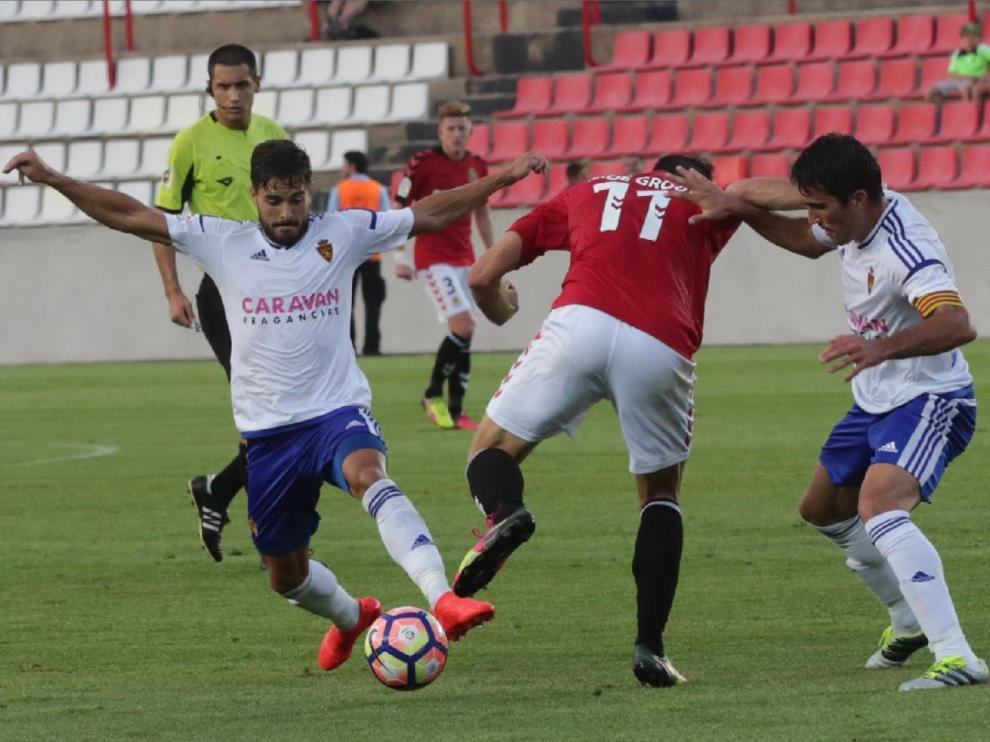 Javi Ros y Zapater pugnan con el tarraconense Álex López de Groot en el amistoso de verano de 2016 entre el Gimnástic de Tarragona y el Real Zaragoza, que acabó 0-0 en el Nou Estadi del club catalán.