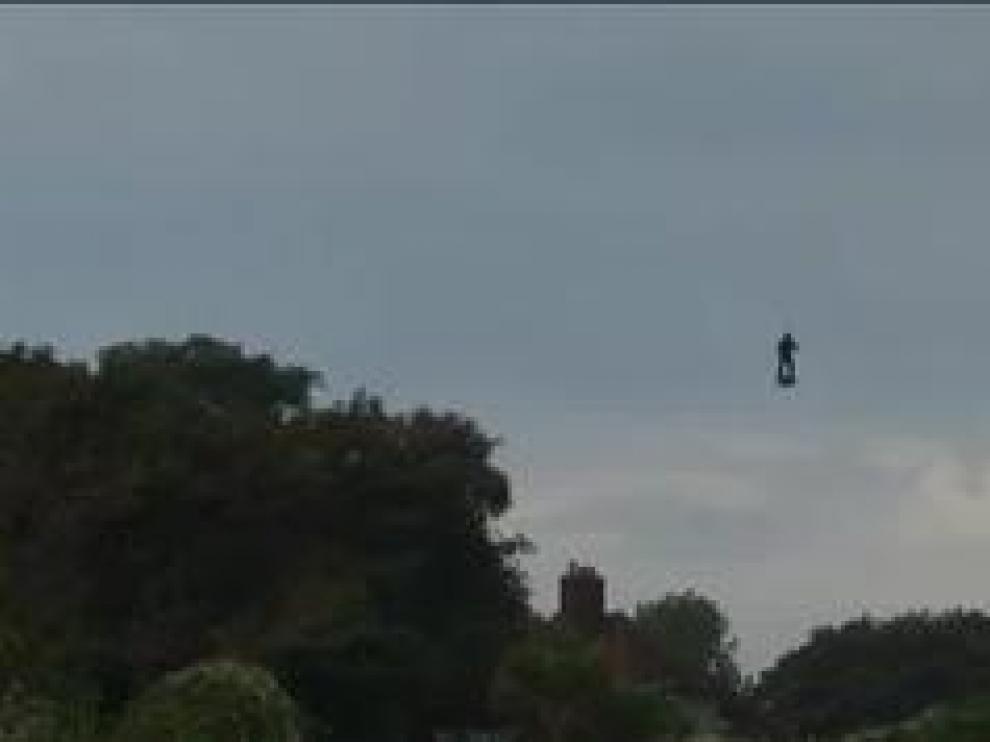 En su segundo intento, el francés Franky Zapata, apodado 'el soldado volador', ha logrado cruzar el Canal de la Mancha a bordo de su 'flyboard' en veinte minutos, después de un breve alto a mitad de camino en un barco para repostar su máquina voladora con queroseno.
