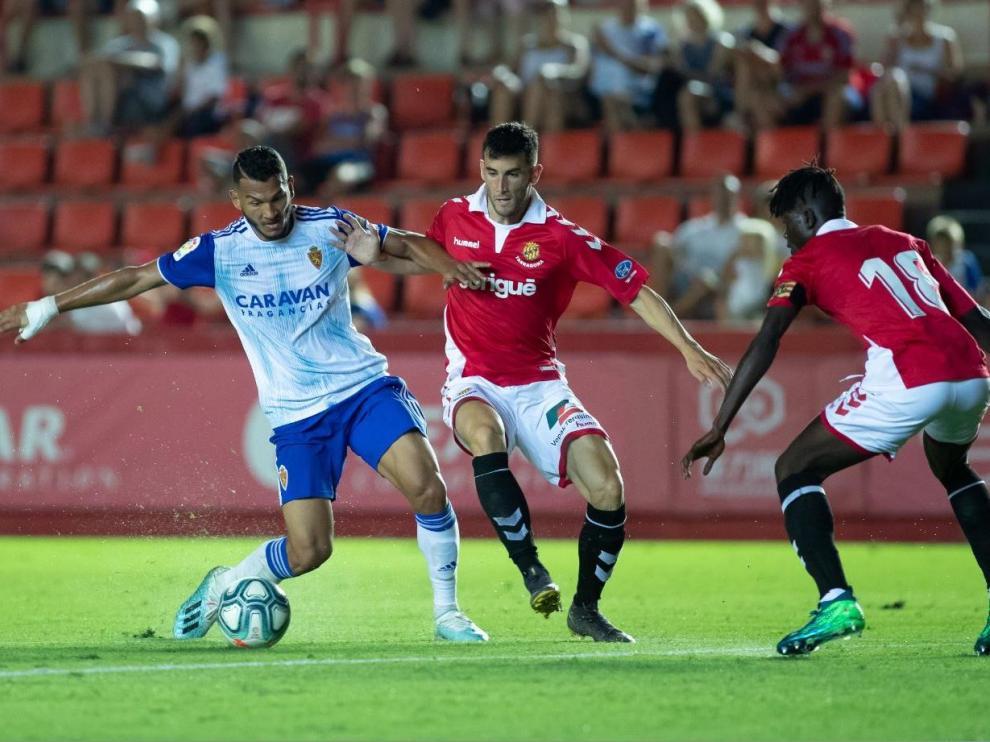 Luis Suárez, en la segunda parte del partido Nástic-Real Zaragoza, presiona la salida desde atrás de Djetei y Albarrán. En una acción parecida marcó el 1-1 con pillería y fe.