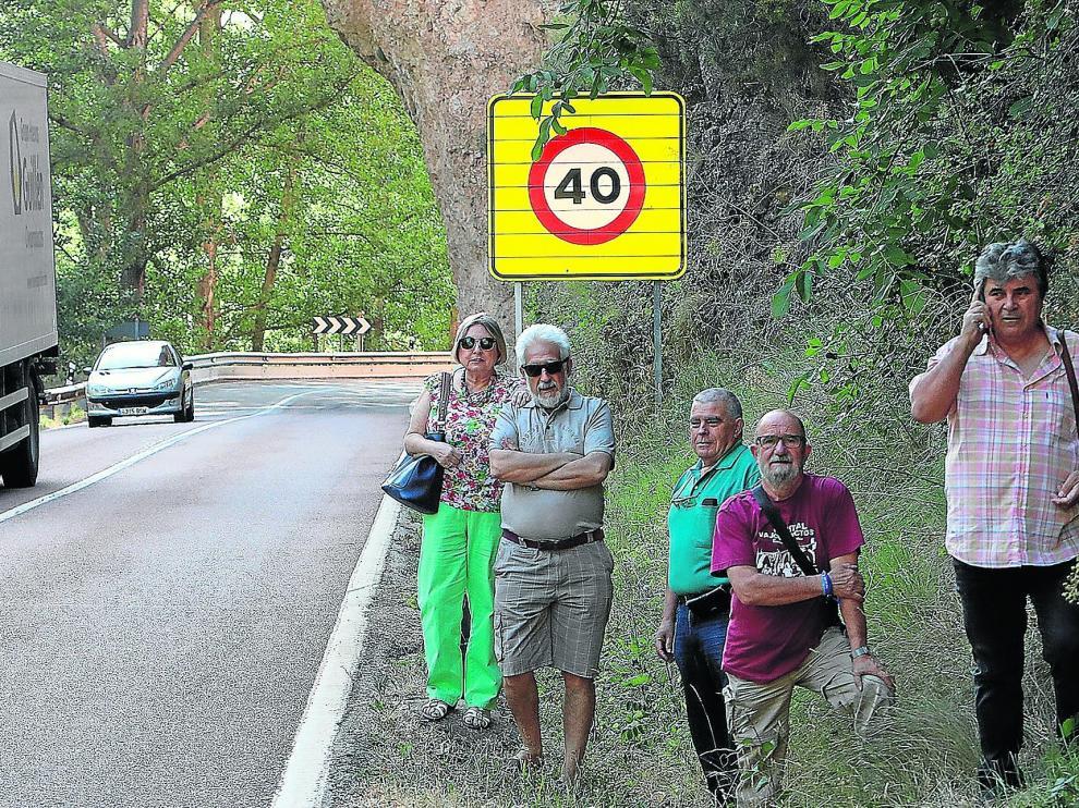 María Luisa Casanova, Manuel Gimeno, Jesús Plumed, Pepe Polo y Carlos Muñoz, de Teruel Existe, en la N-330, sin arcén y con muchas curvas. Piden que se haga la A-40.
