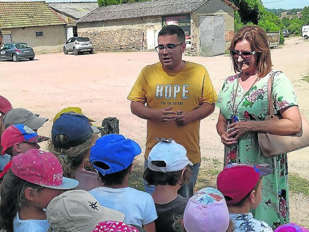 Raquel Esteban y Michael Guijo con los niños del festival.
