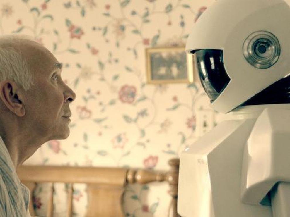 Fotograma de la película 'Robot & Frank' (2012). Las personas tratan a los robots como seres vivos pese a saber que son máquinas.