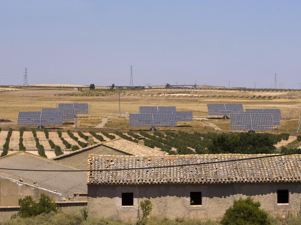 Imagen de archivo de una planta fotovoltaica en los montes aragoneses.