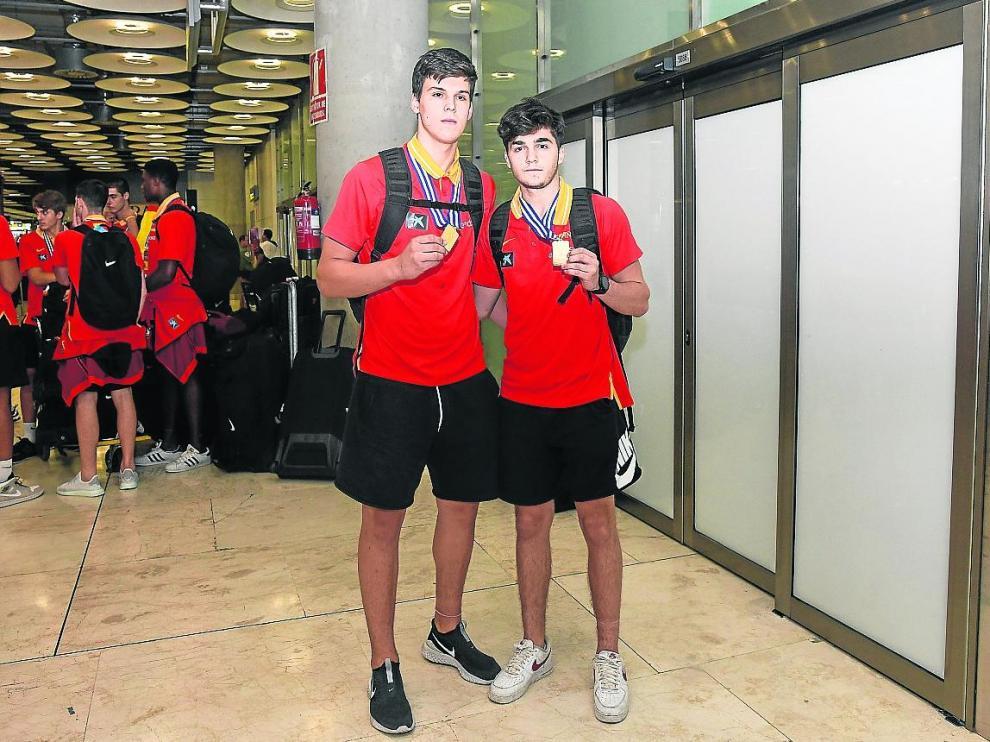 Jaime Pradilla y Javi García, este lunes nada más aterrizar en Madrid con el oro continental