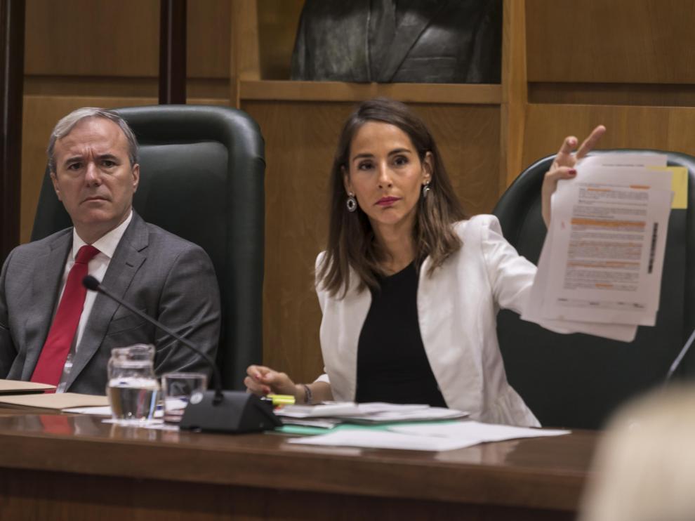 El alcalde, Jorge Azcón, y la concejal de Hacienda, María Navarro, en el útlimo pleno municipal.