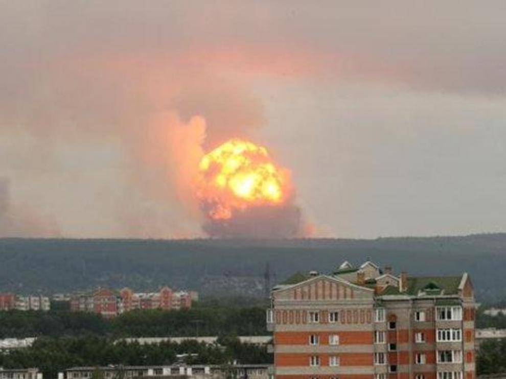 Imagen de la explosión del arsenal de armas.