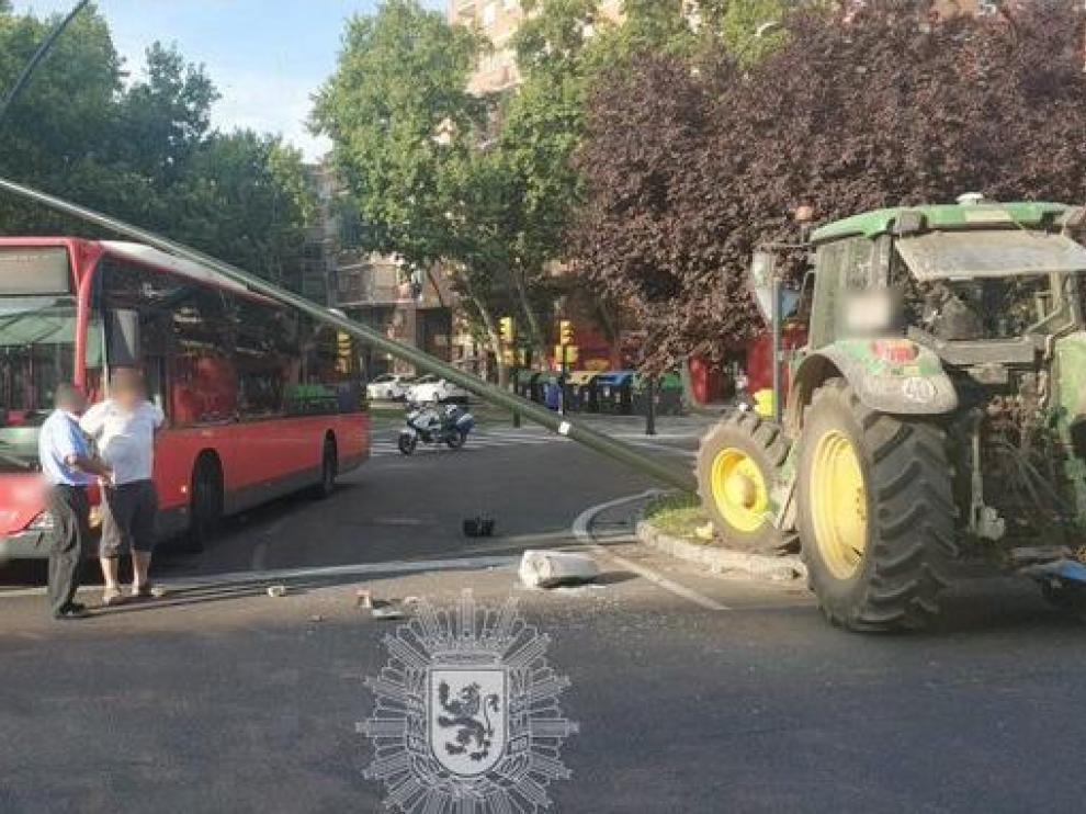Aparatoso accidente en Zaragoza con un tractor y un autobús implicados.