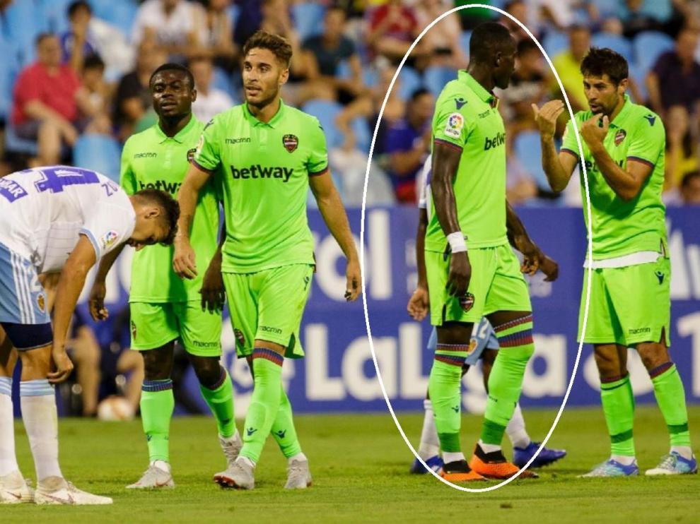 Dwamena, a la derecha de la imagen (señalado), recibe órdenes de su compañero Coke, capitán del Levante, durante el partido ante el Real Zaragoza del pasado verano en La Romareda durante el torneo de verano.