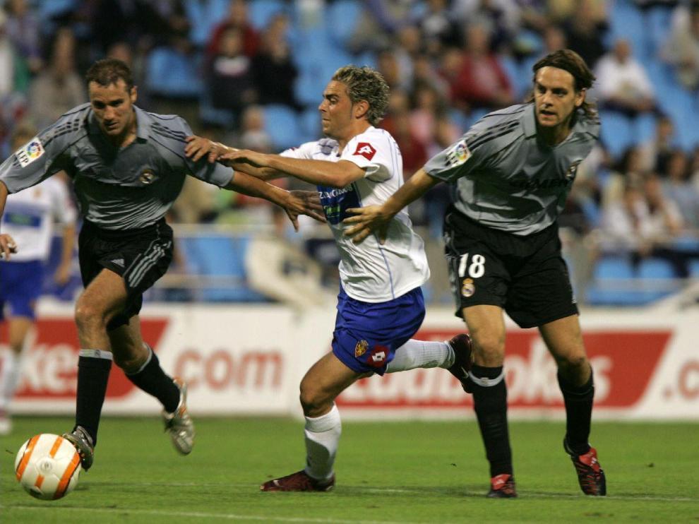 El zaragocista Sergio García intenta superar en el área a los centrales del Real Madrid, Iván Helguera y el inglés Woodgate, en el Trofeo Ciudad de Zaragoza-Memorial Carlos Lapetra de 2005 (2-2 y victoria por penaltis de los aragoneses).