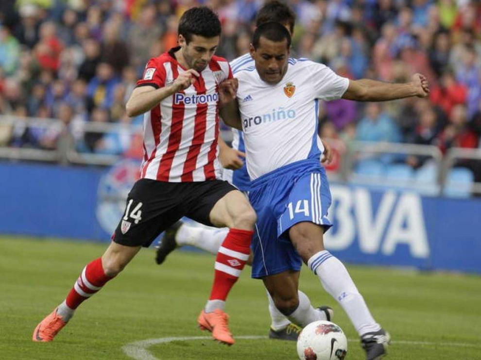 Markel Susaeta, el '14' del Athletic de Bilbao, pugna con el central paraguayo del Real Zaragoza Paulo Da Silva en un partido jugado en La Romareda antes del descenso de los aragoneses a Segunda.