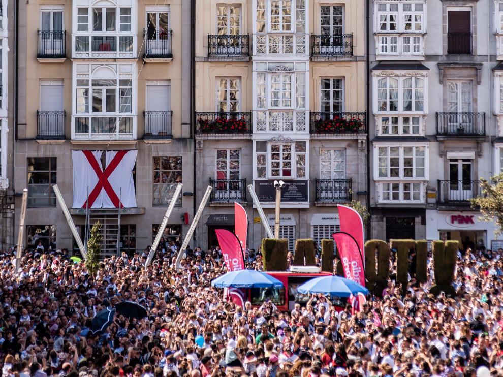 Vista de la plaza del Ayuntamiento de Vitoria, este miércoles, durante el chupinazo de fiestas.
