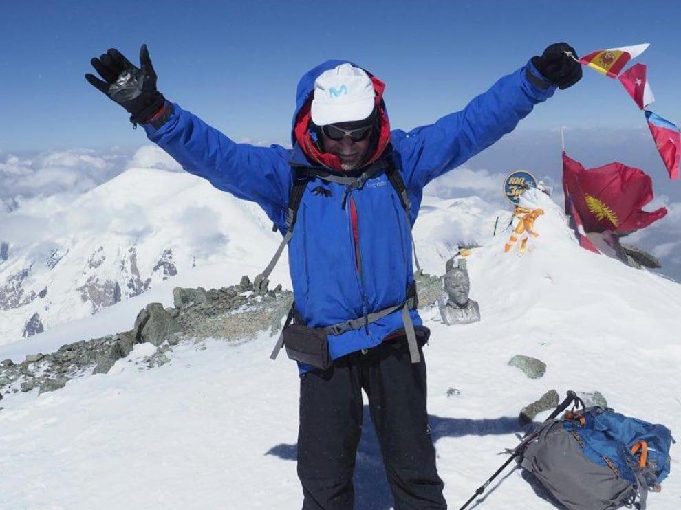 El alpinista español de 80 años Carlos Soria, tras coronar el pico Lenin (Kirguistán)