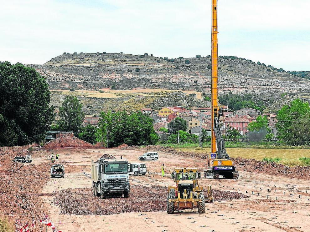 Obras de refuerzo de la estructura ferroviaria en la zona de Navarrete, donde la vía ha sido levantada totalmente.