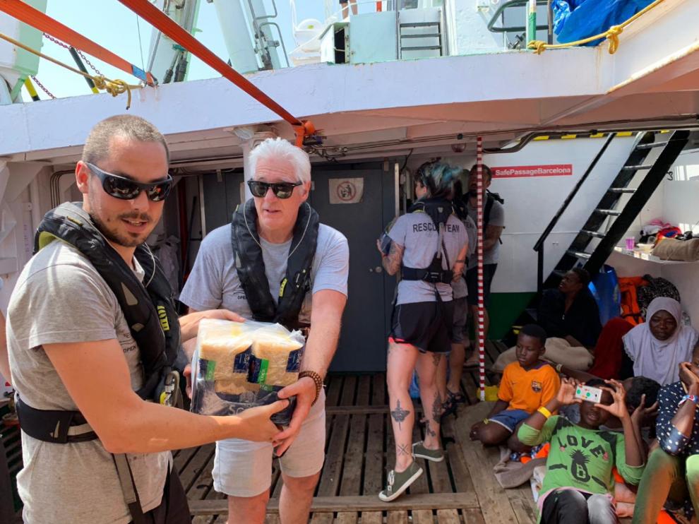 Richar Gere llevó paquetes de comida para los inmigrantes rescatados en el mar y la tripulación, así como agua, frutas y verduras.