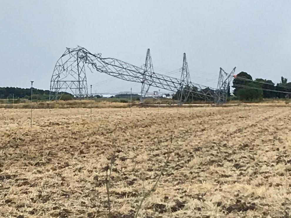 Una tormenta ha derribado unas torres eléctrica que suministran luz a los barrios de Tauste.