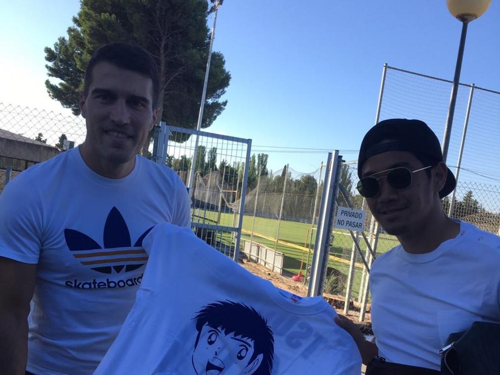 Zapater y Kagawa, en la Ciudad Deportiva, con una camiseta de Capitán Tsubasa, figura del célebre ánime japonés sobre fútbol