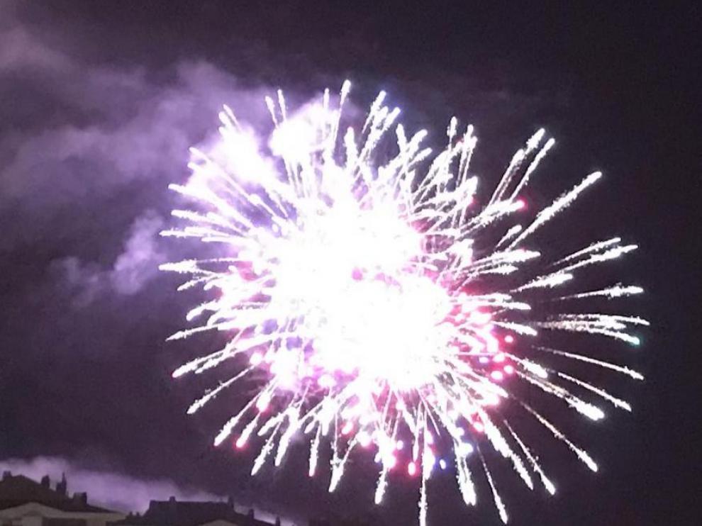 Los fuegos artificiales iluminan la noche de Huesca en plenas Fiestas de San Lorenzo
