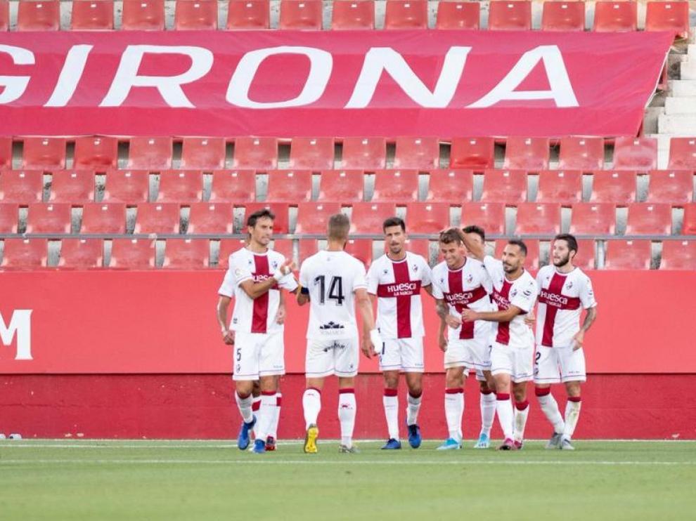 Los jugadores de la SD Huesca celebran uno de los dos goles de Raba ante el Girona.