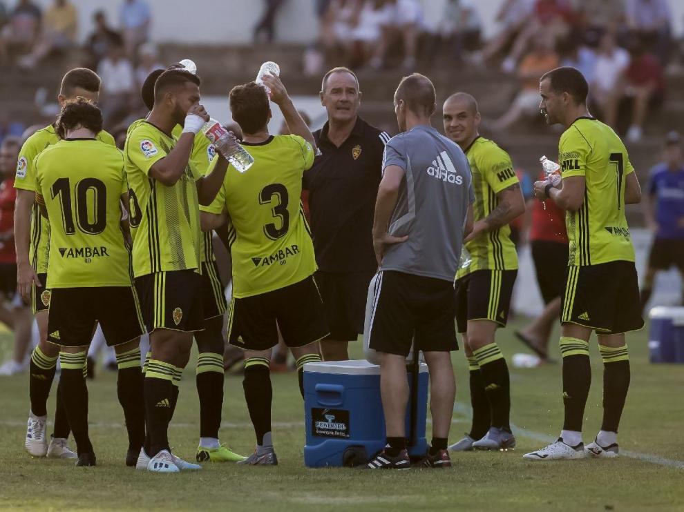 Los jugadores del Real Zaragoza se refrescan en el minuto 30 de la segunda parte del partido de este sábado en Tudela ante el Tudelano.