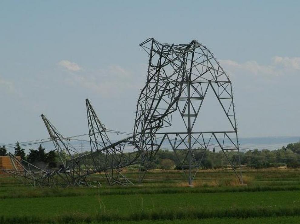 Una de las 23 torres eléctricas derribadas en Tauste, totalmente dobladas.