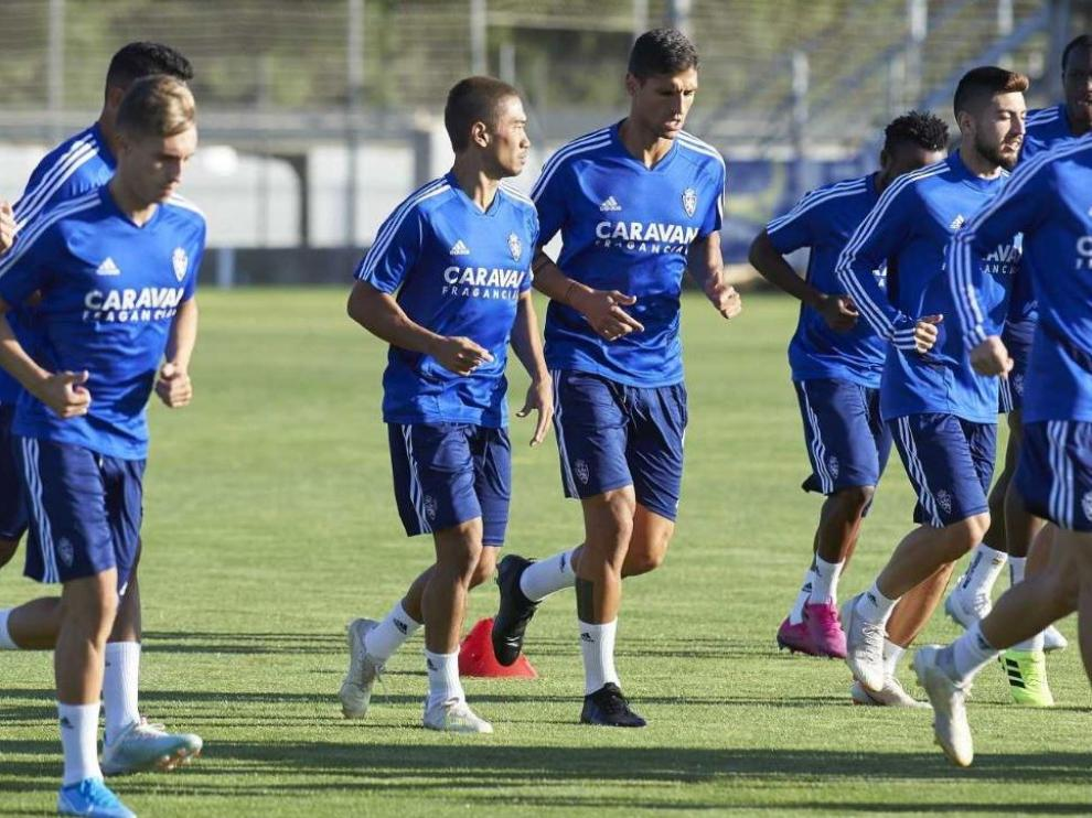 Kagawa, en el centro del grupo, acompañado de su inseparable Grippo en el entrenamiento del Real Zaragoza este lunes por la tarde en la Ciudad Deportiva.