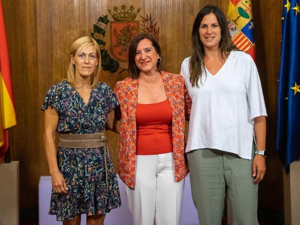 La judoca Ana Belén Fernández, con la vicealcaldesa Sara Fernández y la concejala de deportes, Cristina García