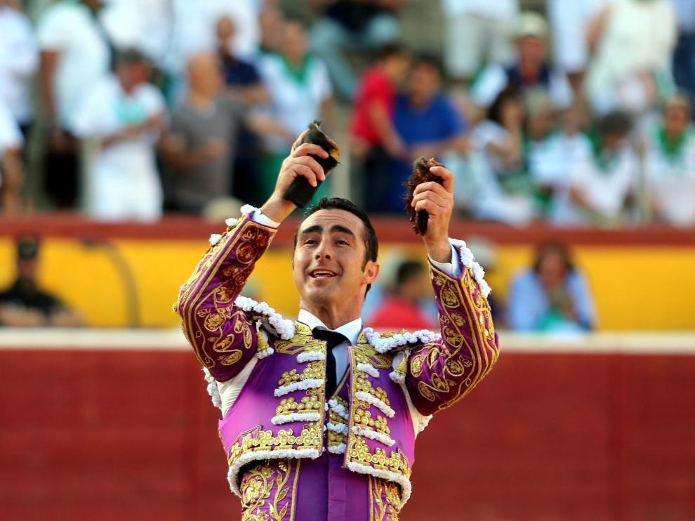 El Fandi, portando las dos orejas que le auparon a la salida a hombros de la plaza de Huesca.