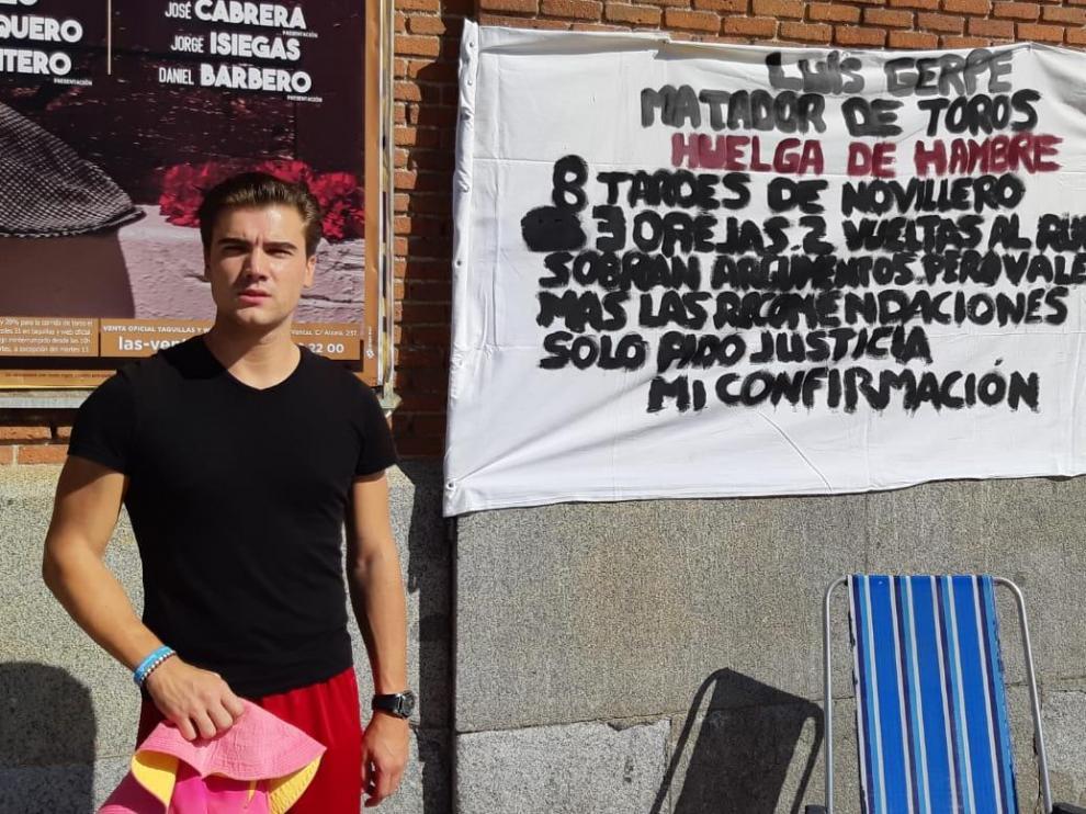 El torero Luis Gerpe, en su protesta ante la plaza de toros de Las Ventas.