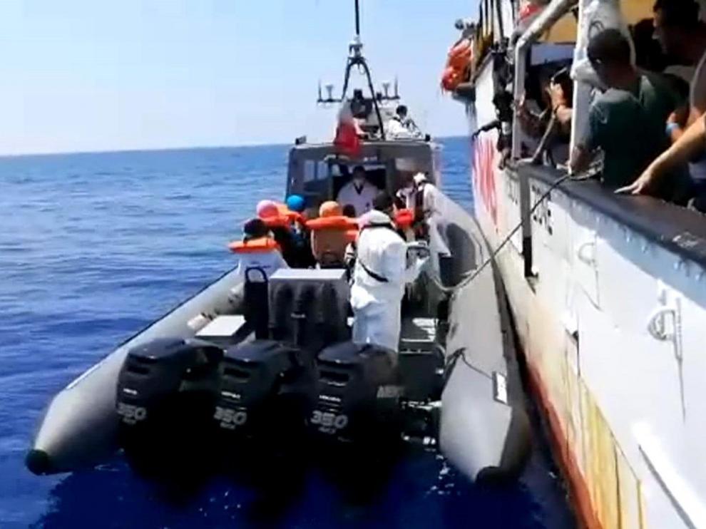 El barco del Open Arms con los inmigrantes a bordo.