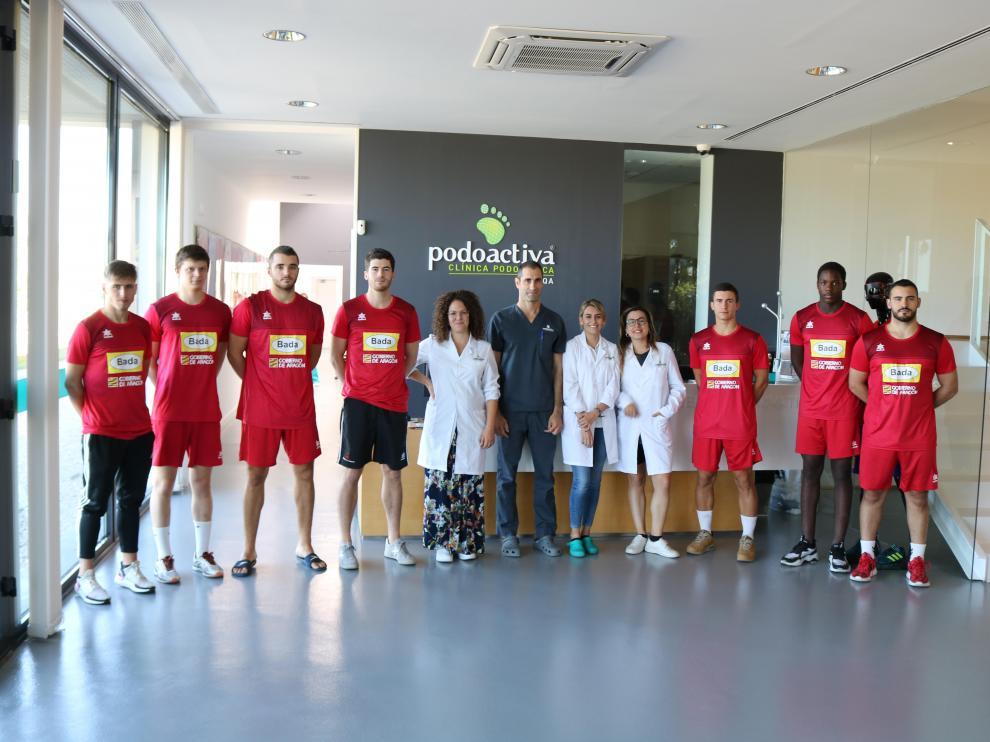 Los fichajes de este verano del Bada Huesca y los canteranos que están participando en la pretemporada visitaron Podoactiva.