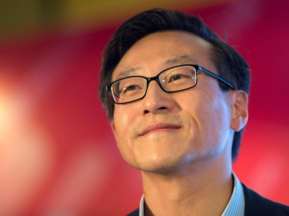 Shenzhen (China).- (FILE) - Joe Tsai, Alibaba group vice chairman, smiles during a press conference ahead of the 2016 Alibaba Group 11.11 Global Shopping Festival in Shenzhen, Guangdong Province, China, 10 November 2016 (reissued 16 August 2019). According to media reports, Alibaba group vice chairman Joe Tsai will purchase the Brooklyn Nets NBA basketball team, and their arena, the Barclays Center, for around 3.5 billion US dollar. (Baloncesto, Nueva York) EFE/EPA/STR Alibaba group vice chairman Joe Tsai to buy New Yrok Nets and Barclays arena