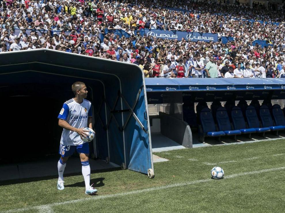 Kagawa, el día de su multitudinaria presentación, sale por el túnel de vestuarios para ser aclamado por la afición del Real Zaragoza. Este sábado debutará oficialmente.