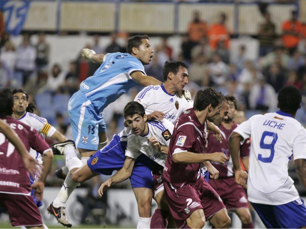Real Zaragoza-Tenerife de la 1ª jornada en 2009. Pablo Amo entra al remate de cabeza ante el portero Sergio Aragoneses. Junto a él, Arizmendi, que marcaría el 1-0 definitivo. A la dcha., de espaldas, Uche. Y a la izda, con el brazalete de capitán, Ayala.