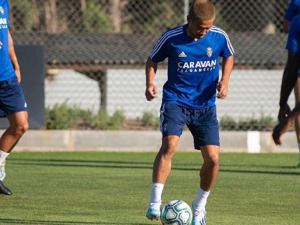 Kagawa, en un ejercicio con balón durante el entrenamiento del Real Zaragoza este viernes, el último antes de recibir al Tenerife.