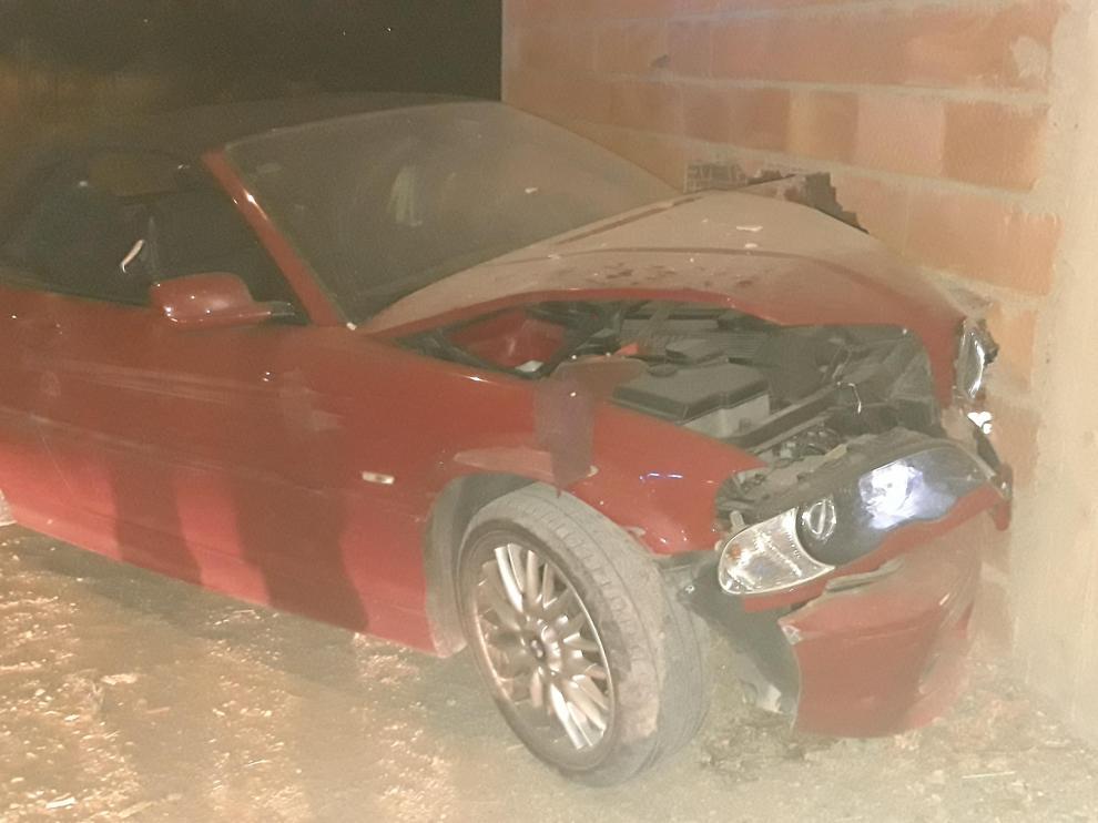 Tras huir de la policía, el vehículo impactó contra una granja de la avenida de Logroño, en Pinseque.