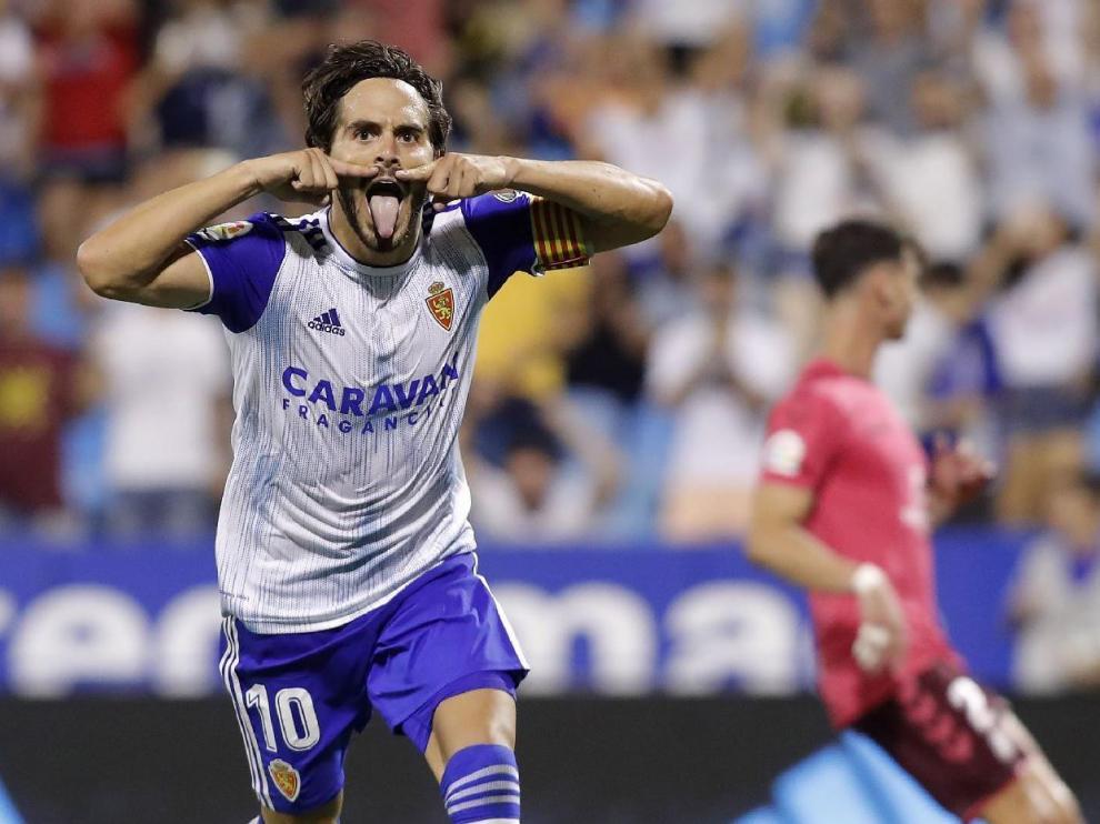 Javi Ros, con su clásico gesto del bigote, en la celebración del gol de penalti anotado al Tenerife este sábado, 17 de agosto, en La Romareda.