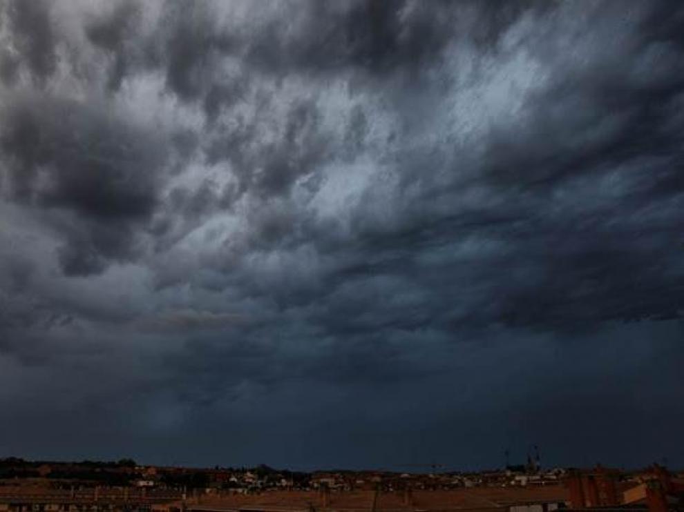 Espectacular imagen de un cielo amenazando tormenta este lunes por la tarde en Barbastro.