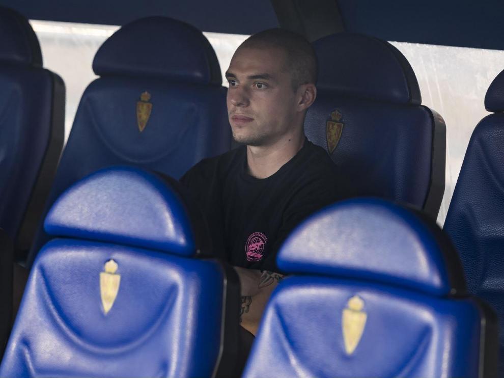 Jorge Pombo, con rostro melancólico y triste, el pasado sábado en el fondo del banquillo de La Romareda una hora antes del partido Real Zaragoza-Tenerife, para el que ya no estuvo convocado por Víctor Fernández a la espera de su adiós.