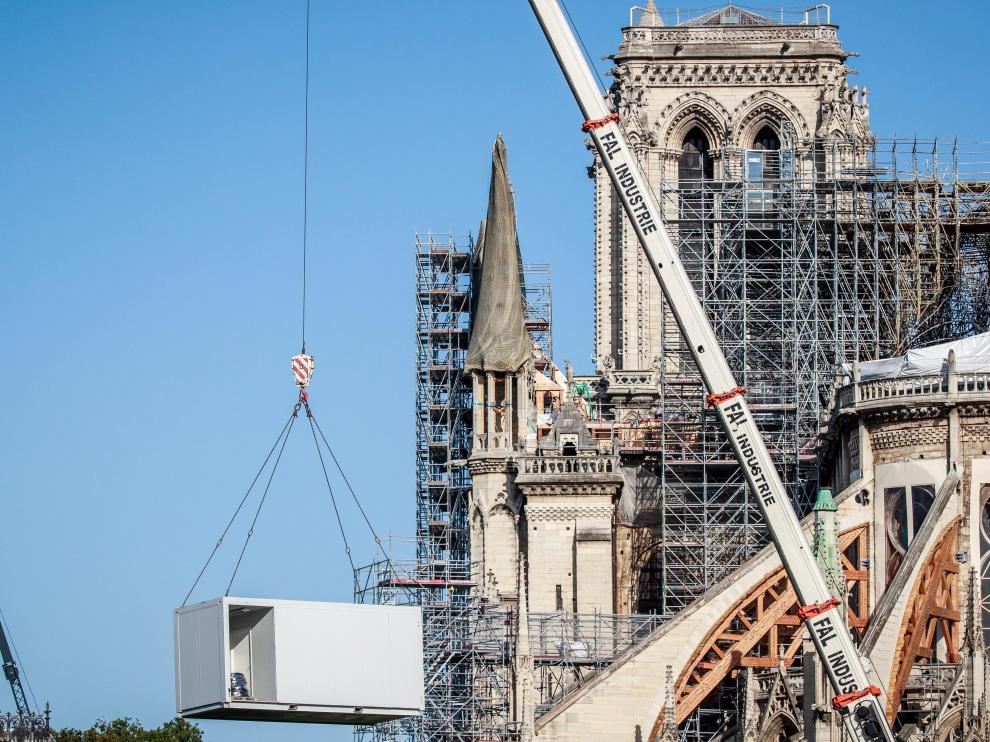 Paris (France), 19/08/2019.- Workers operate on the roof of Notre-Dame Cathedral in Paris, France, 19 August 2019. Restoration works resume after they were suspended for several weeks due to massive anti-lead decontamination around the cathedral. An excessive presence of lead was discovered after the Notre-Dame Cathedral roof fire accident on 15 April 2019. (Incendio, Francia) EFE/EPA/CHRISTOPHE PETIT TESSON Works resume after interruption at the Notre Dame Cathedral in Paris