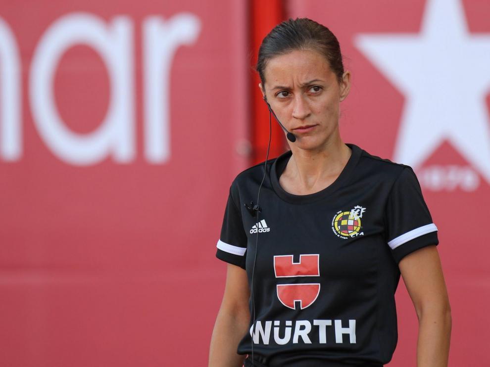 Guadalupe Porrasn, primera mujer en arbitrar un partido de fútbol de primera división.