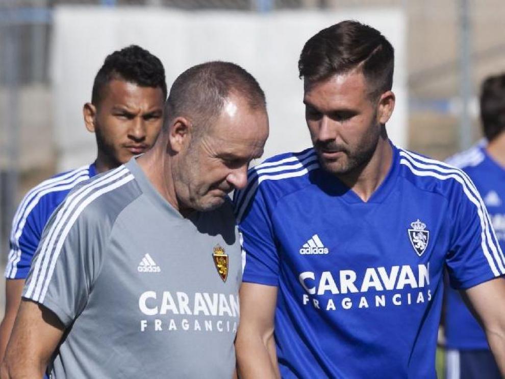 Atienza charla con Víctor Fernández en el entrenamiento del equipo en la Ciudad Deportiva (detrás, observa Luis Suárez).
