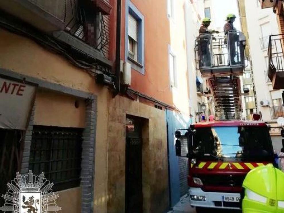Intervención de los bomberos ayer en la calle de Mariano Cerezo para rescatar a una joven que se había encaramado a un balcón.