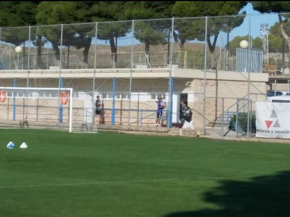 Verdasca (de blanco y con gorra) se abraza con Kagawa a la salida del vestuario del Real Zaragoza, este jueves en la Ciudad Deportiva, antes de partir hacia Israel, su nuevo destino.