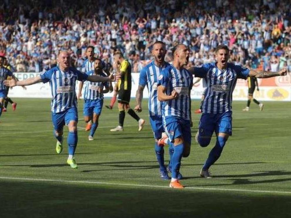 Yuri, en primer término, celebra uno de los dos goles que le marcó al Real Zaragoza en Ponferrada en marzo de 2014, en un 4-2 en la primera temporada en Segunda de los aragoneses tras el descenso.