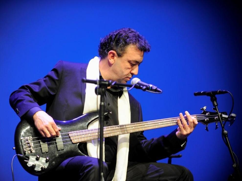Carlos Luna, durante una actuación con el grupo Emociones a la Carta.
