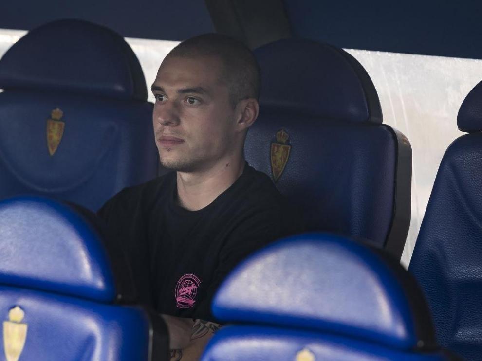 Pombo, con mirada perdida, el pasado fin de semana antes del inicio de liga ante el Tenerife, sentado de paisano en el banquillo de La Romareda tras no ser convocado.
